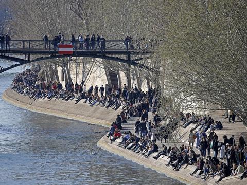 收紧管制措施 法国警方强制疏散巴黎塞纳河畔人群