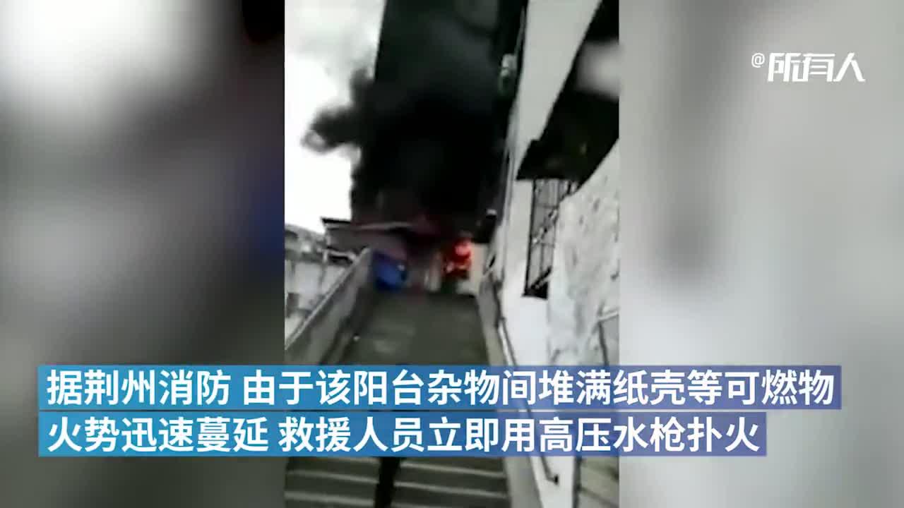 居民楼失火老人被困,消防冲进火场让出呼吸面罩