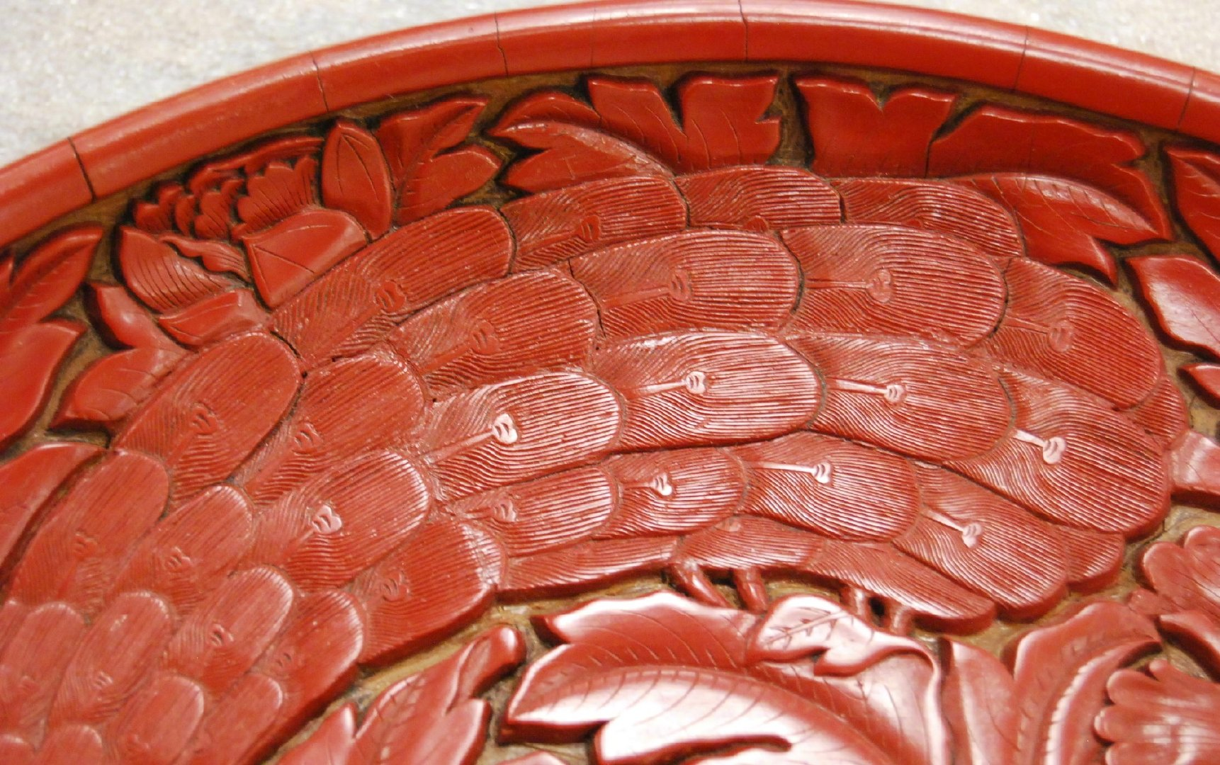 明永乐剔红孔雀牡丹纹盘,现藏于纽约大都会艺术博物馆