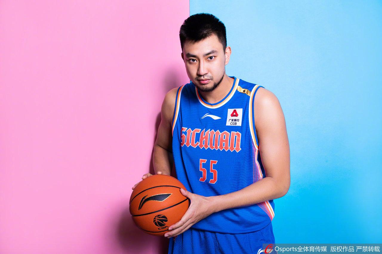 四川队(@四川金强蓝鲸篮球俱乐部官方微博 )小伙子们的定妆照