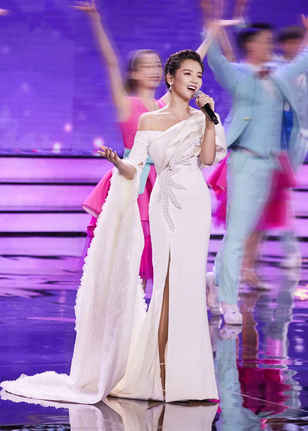 刘涛一身独特剪裁的白色高定礼服,搭配别致编发和红唇美妆