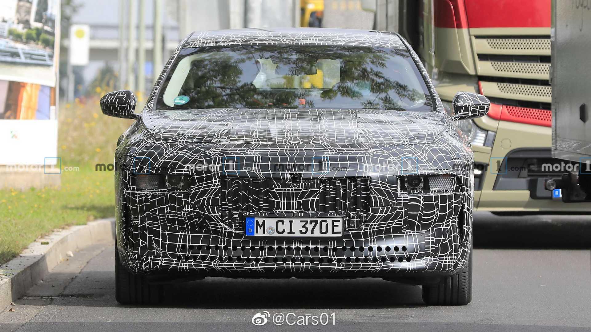 宝马i7纯电动豪华轿车最新路试谍照,新车预计将采用双电机驱动