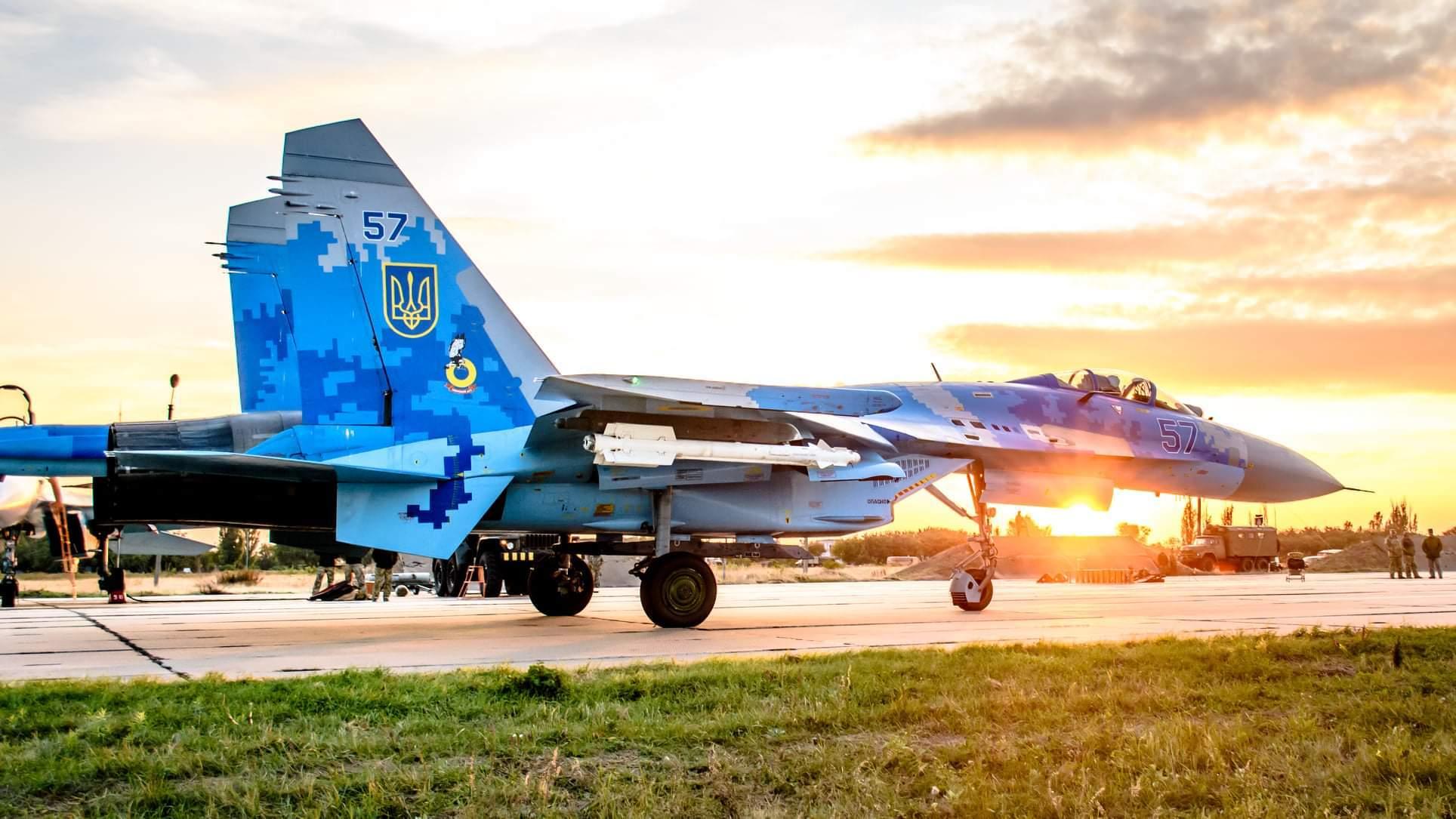 朝霞染红天际,乌克兰空军航空兵某旅数架战鹰傲然挺立,蓄势待发