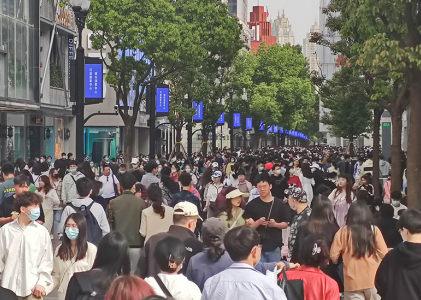 武汉汉口江汉路商业步街人流如潮涌