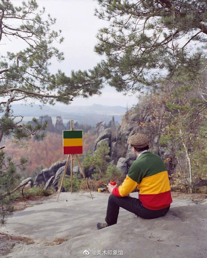 艺术家Hank Schmidt站在那些看起来像是莫奈、梵高、塞尚当年风景写生