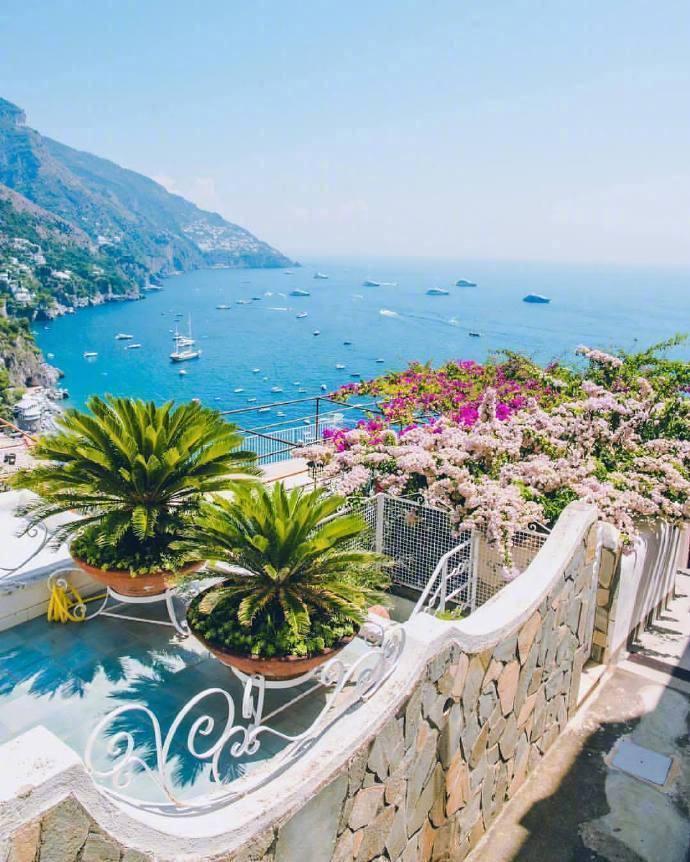 意大利南部小镇波西塔诺,天空蔚蓝,海水澄澈