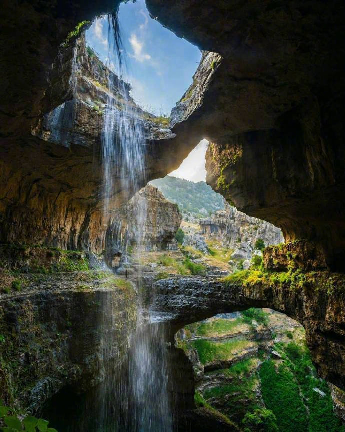黎巴嫩的巴塔尔峡谷瀑布,从255米的高度洒下