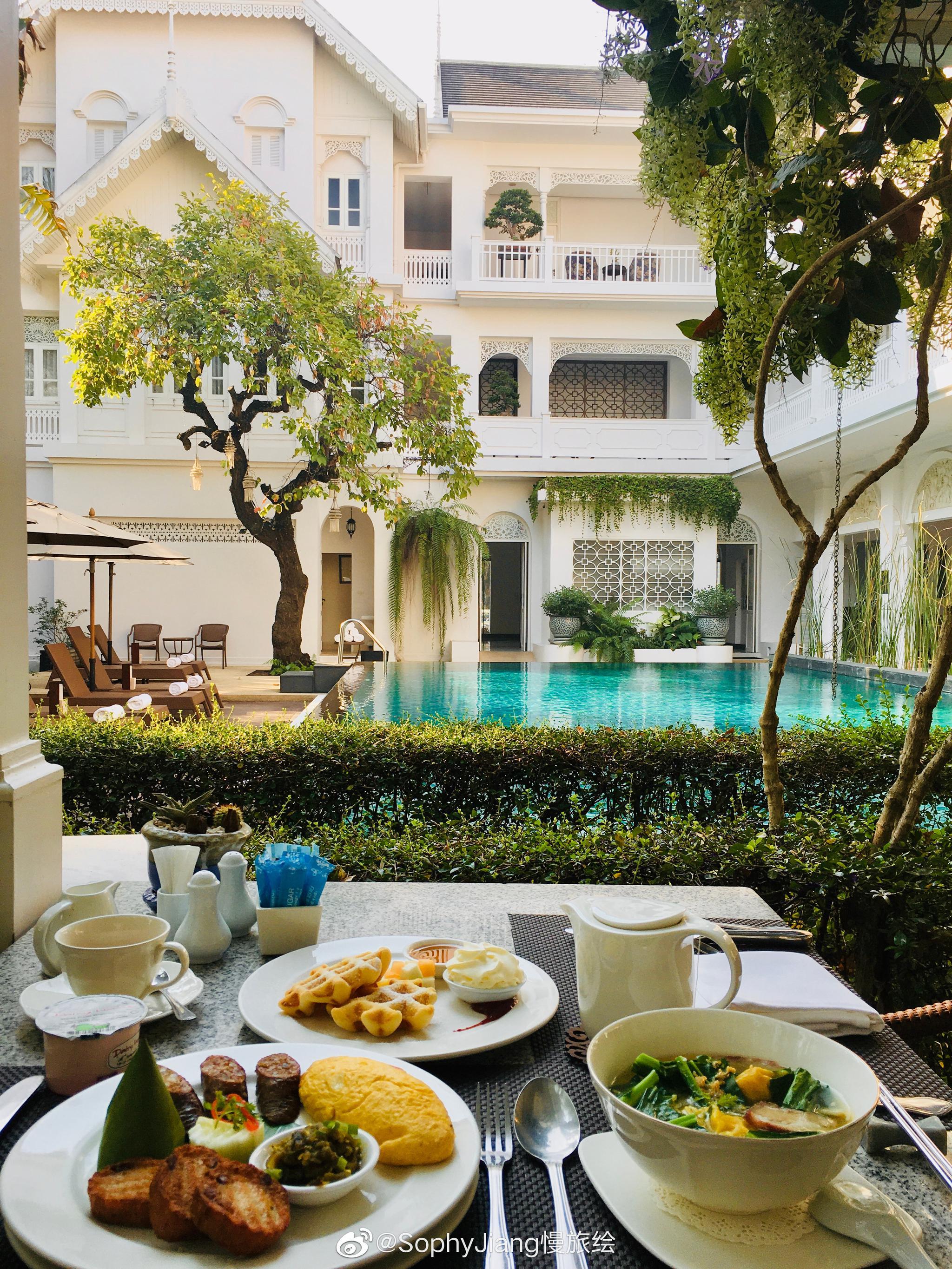一袭米白色的法式殖民风情,酒店看起来中型规模