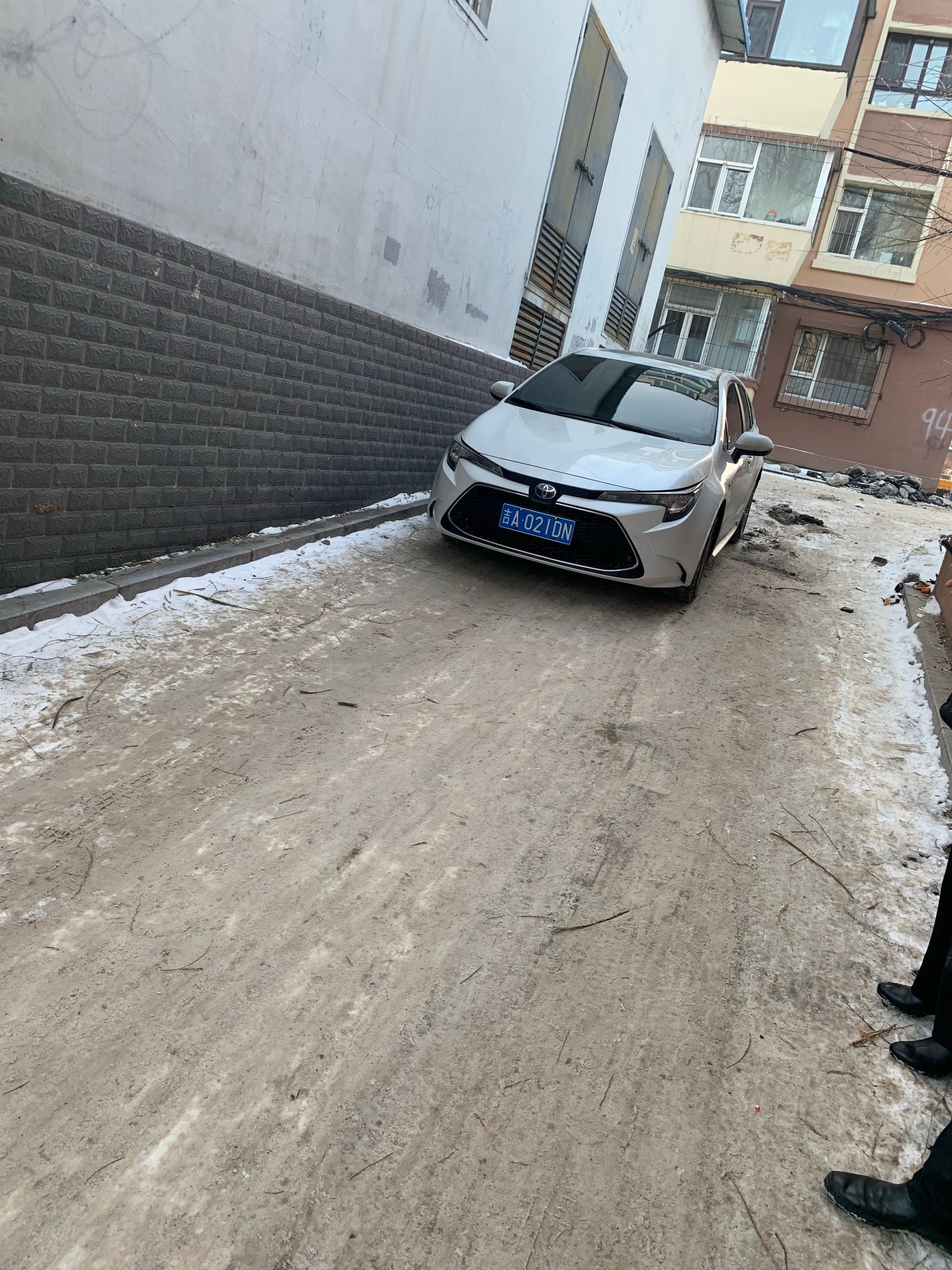 网友反映:南湖新村西街小区97栋胡同,道路结冰,我们车都在错车