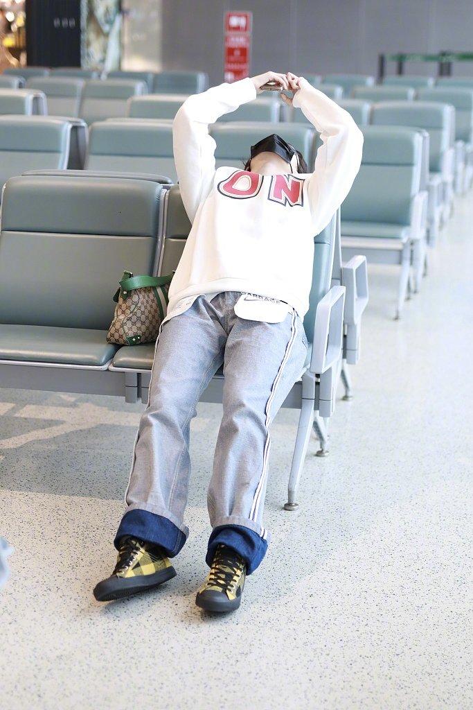 @THE9-许佳琪 现身机场,这个玩手机的坐姿有点可爱