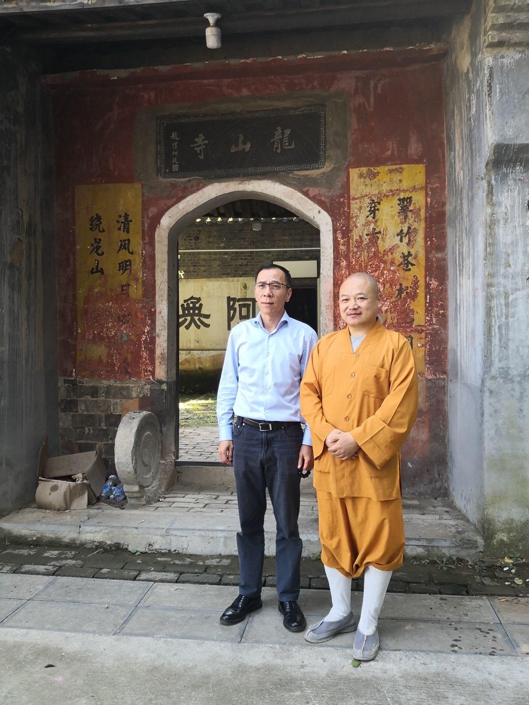 在千年古刹安徽龙山寺,上海览领资产向当地特困家庭捐赠。