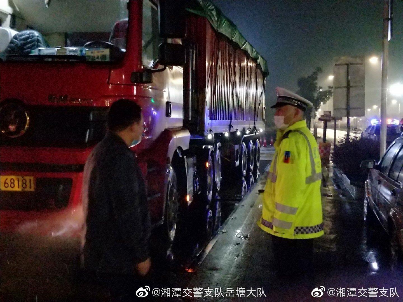 """错峰巡查新举措 湘潭交警连夜查获两台""""百吨王"""""""