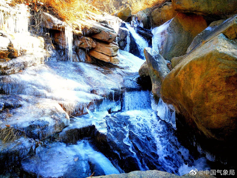 受连日降温影响,辽宁凤城昼夜温差较大,凤凰山上的泉水经过冰融