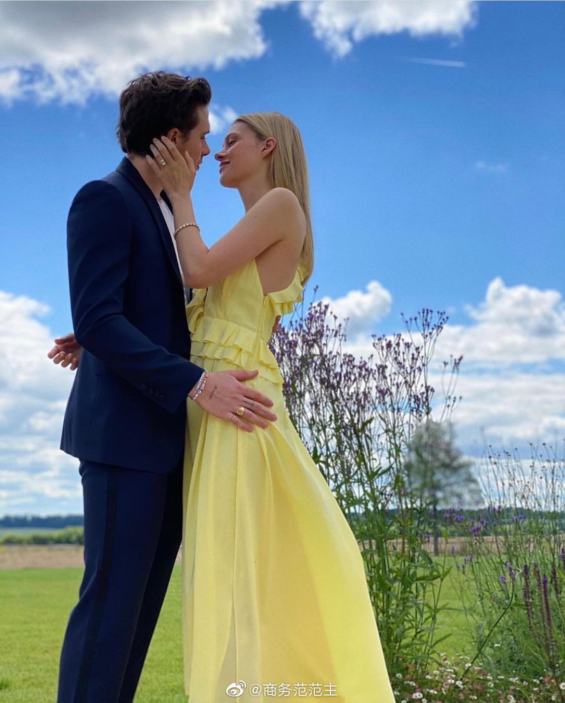 上周末,小贝大儿子布鲁克林和女友妮可拉·佩尔茨官宣订婚