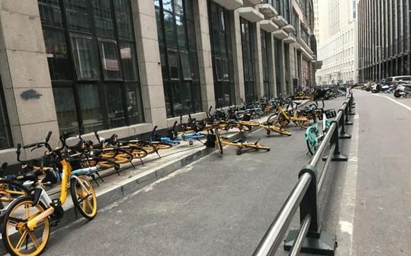 温度骤降!郑州7级阵风致人行走不稳 电动车被刮倒 单车倒地一片