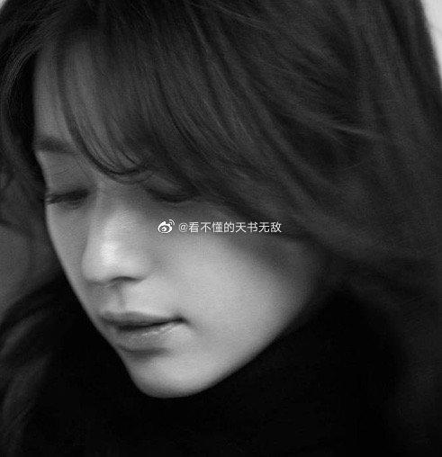 韩孝周 | 微卷长发,飘逸刘海,极简黑白中演绎33岁的优雅大气。