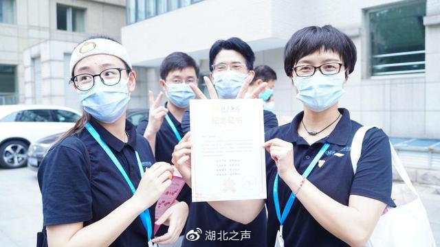湖北援京医疗队  战疫夫妻站台上庆祝结婚10周年