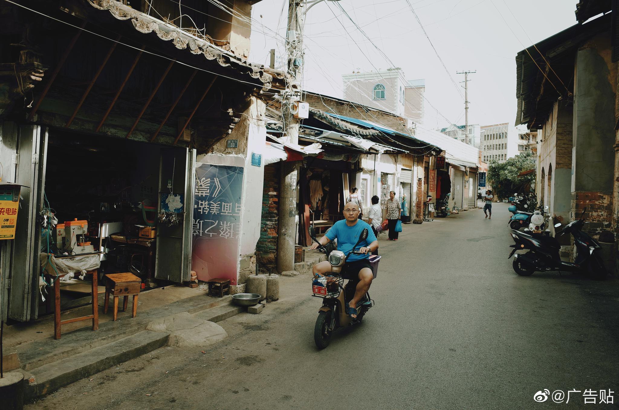 理光扫街人文。蒙自老城区。