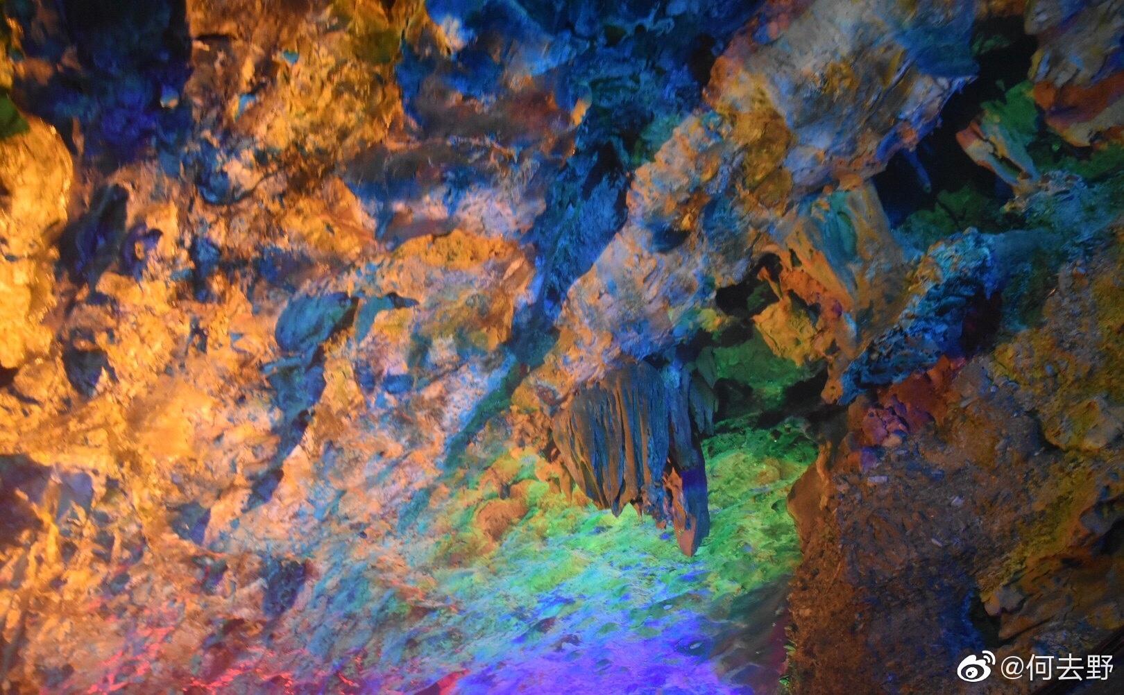江西有个龙宫洞,距今2亿6000万年,鬼斧神工。洞内小桥流水