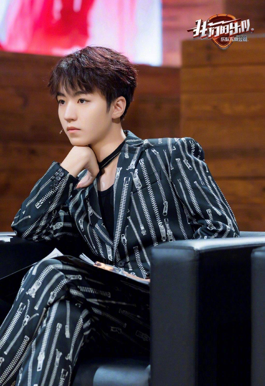 王俊凯身着MOSCHINO S/S 2020西服套装出镜,各位🉑️吗!