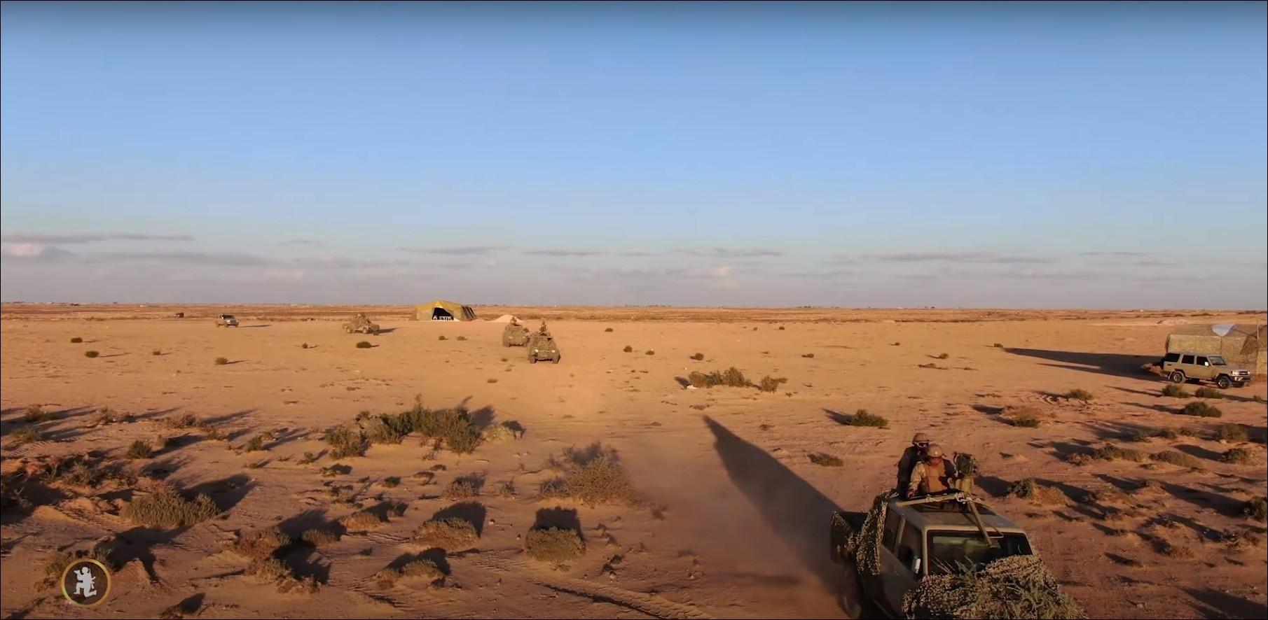 利比亚国民警卫队举行了一次演习,展示了航空、火炮和装甲车。
