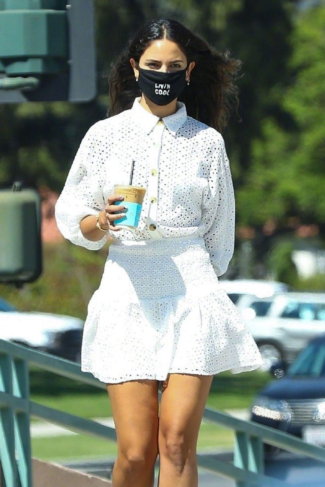 当地时间8月7日,Eiza González 身穿白裙在比佛利山庄外出的街拍。