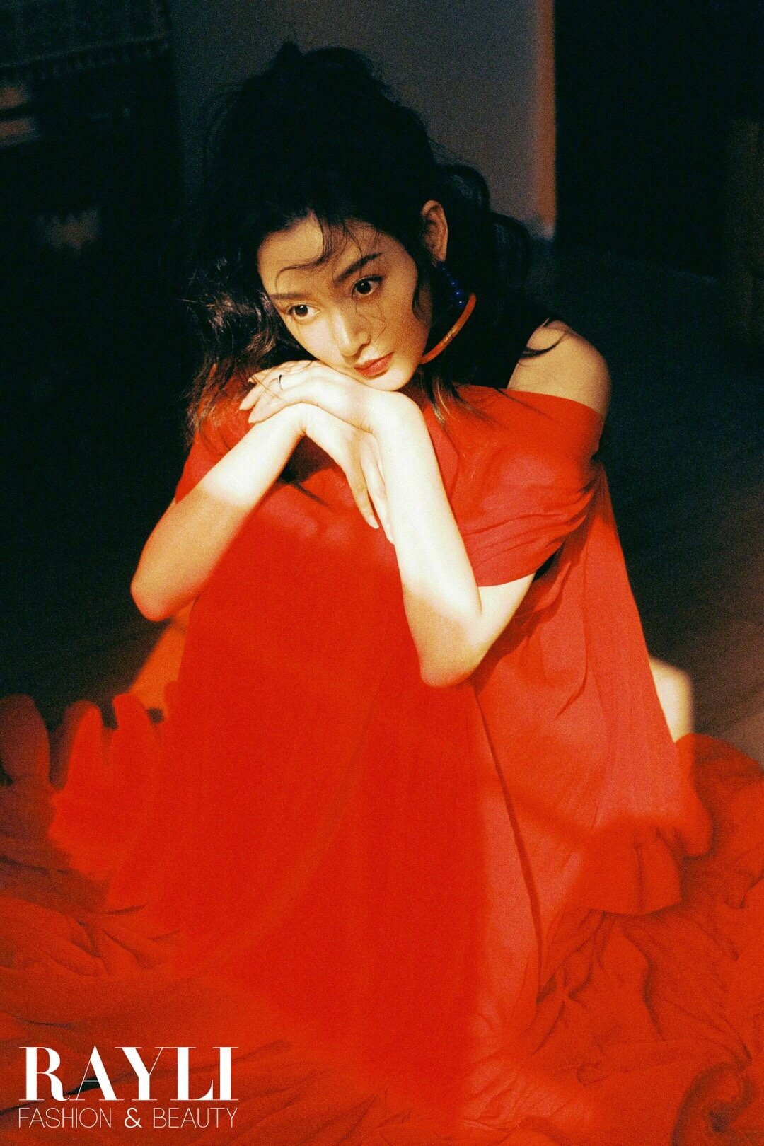 张天爱《瑞丽服饰美容》十二月刊封面大片|复古玩趣的艺术氛围很符合