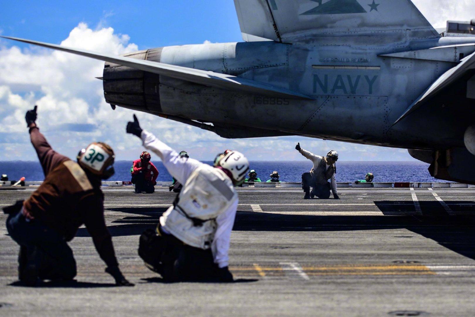"""7月25日,菲律宾海,驻日美军""""里根""""航母打击群再次巡航"""