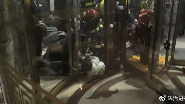 北京突发:女童右腿被旋转门卡住,消防员2分钟成功解救