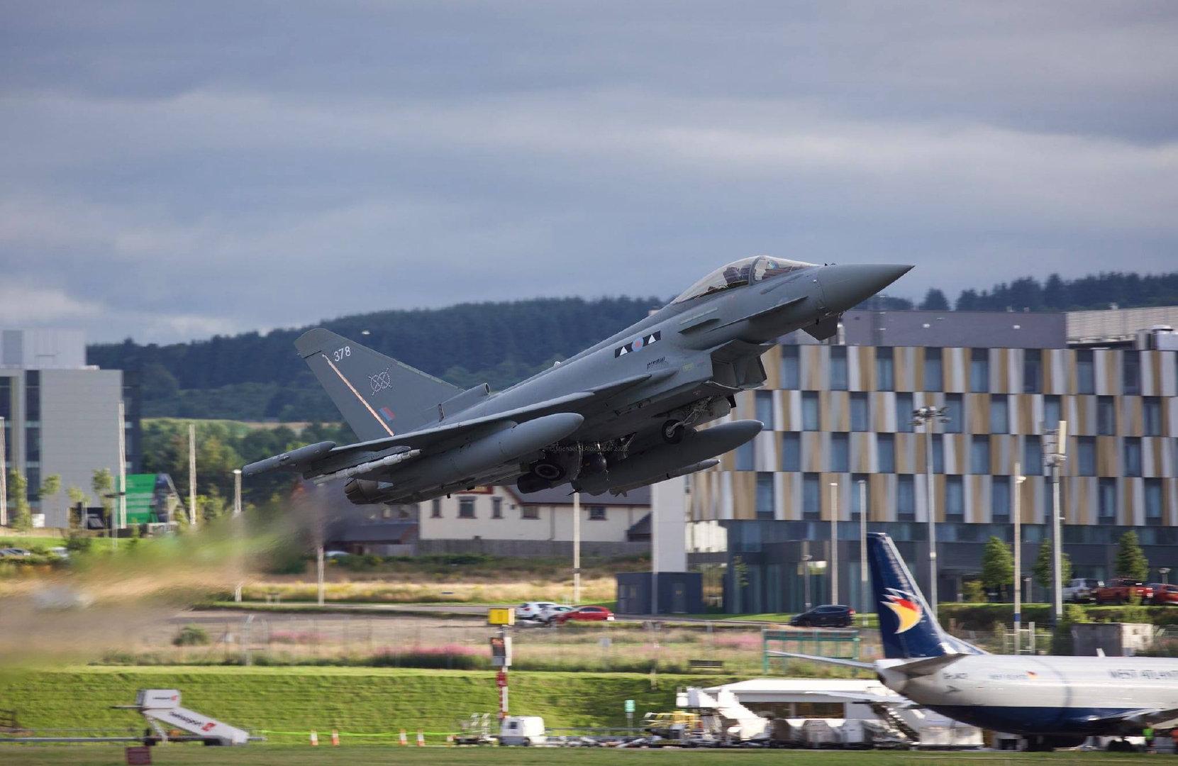 在因弗内斯机场和纽卡斯尔国际机场起降的台风战机