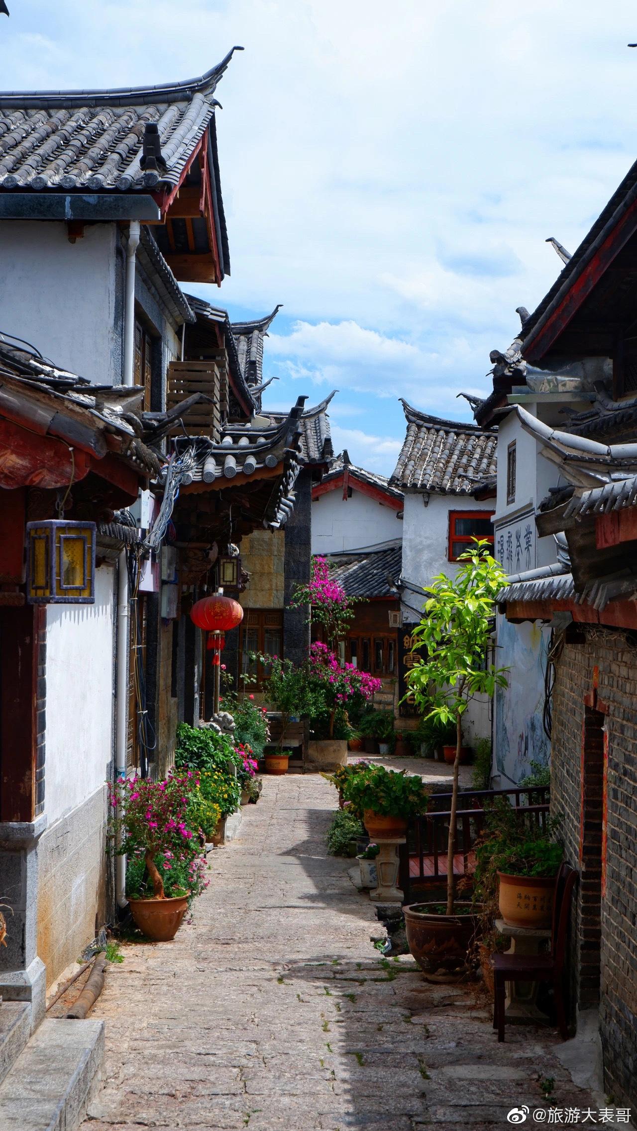 在丽江,每天早上睁开眼睛,就有四季青翠的山峦和温暖柔和的阳光