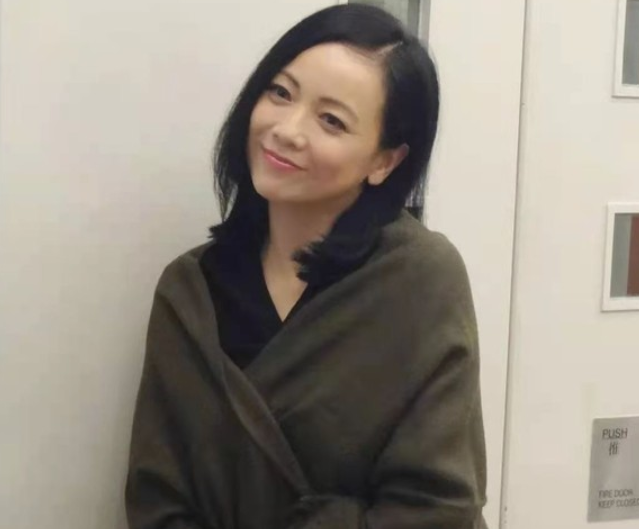 54岁邓萃雯因拔倒刺而入院手术,称过程像极生娃,网友:看着都疼