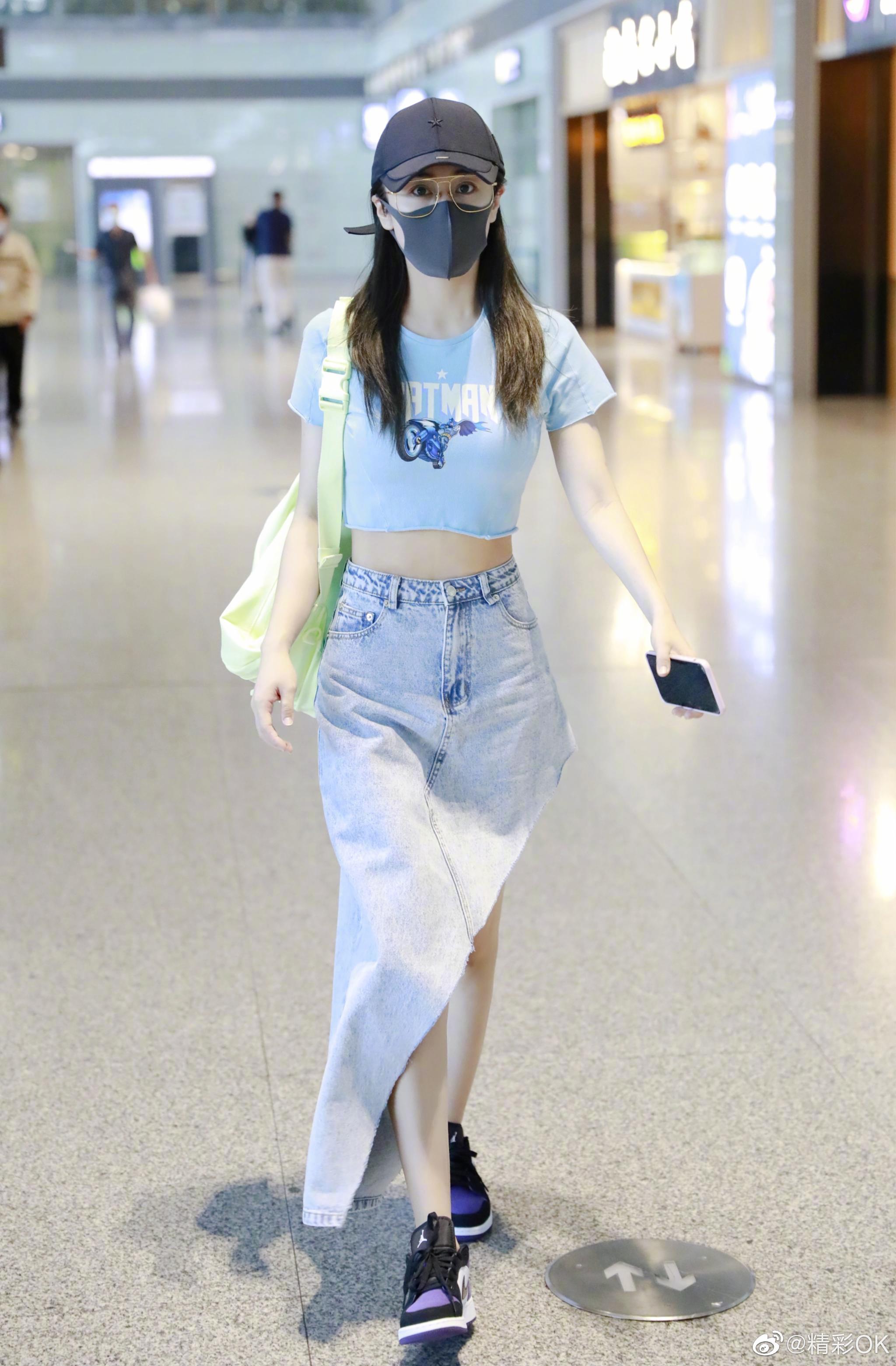 长沙机场素颜出镜,露脐短T搭配斜边牛仔裙,简约清新