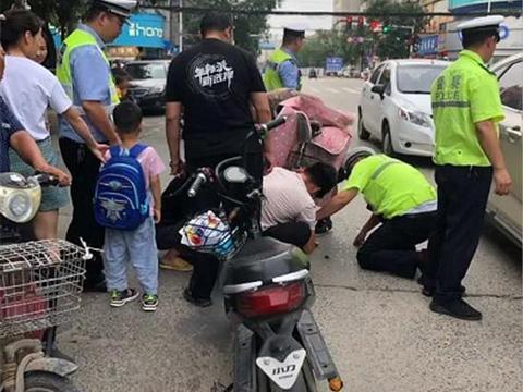 """郸城:电动车卡女童脚,交警跪救被市民""""抖""""火"""