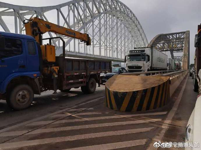 3辆泥头车相撞致后方三岸邕江大桥堵死
