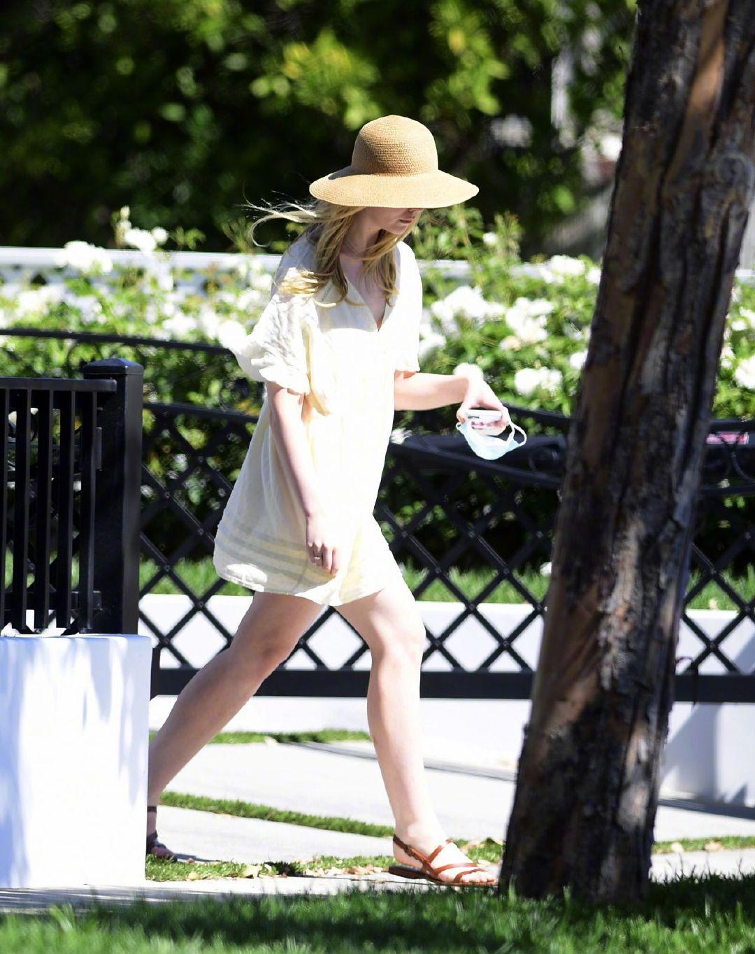 当地时间8月2日,艾丽·范宁Elle Fanning 身穿黄色短裙