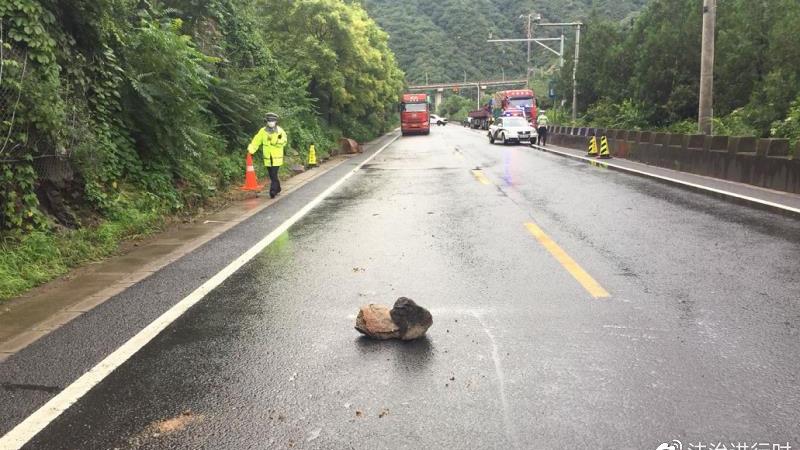 昌平部分山区道路雨后出现落石 提示去往山区道路车辆注意安全