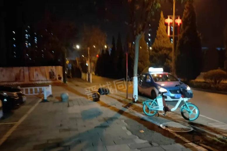 网友投稿:昨天晚上九点左右路过凤城路,看到路边趴着一个人