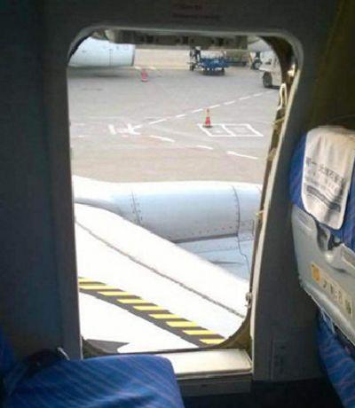 男子第一次坐飞机,因好奇打开飞机安全门,结果流着泪离开