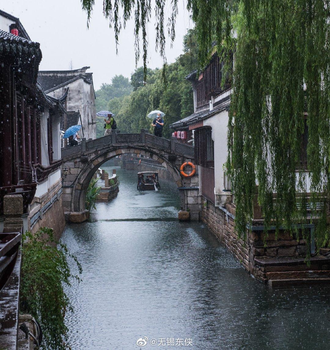苏州平江路,摇撸的小船往来穿梭在古朴的小桥流水间,摇船的船娘
