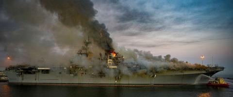 """提个合理化建议,""""好人理查""""号两栖攻击舰被烧成了""""黑人喱碴""""号"""