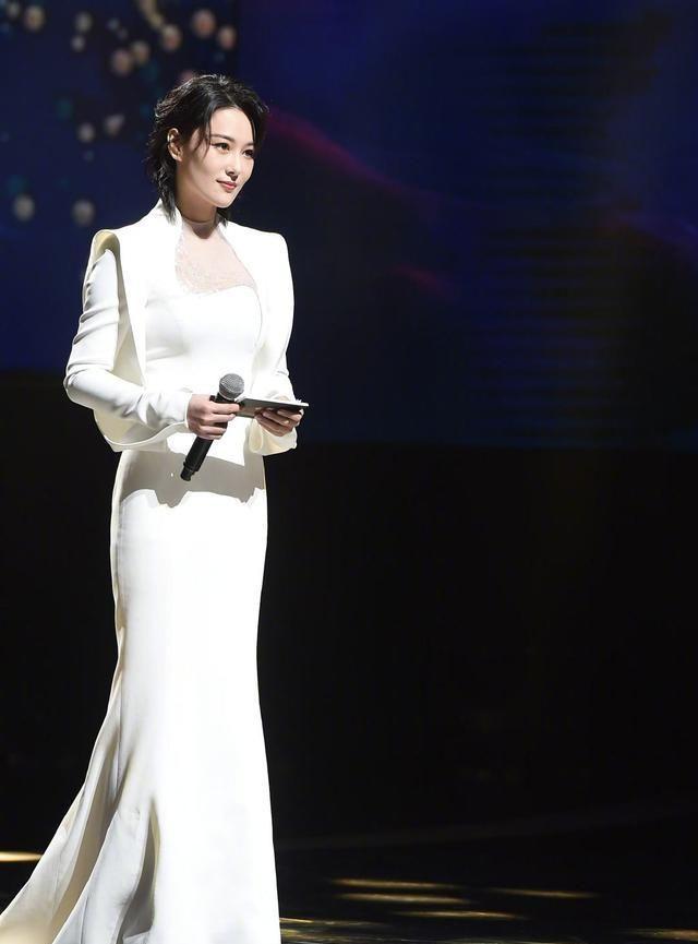 33岁张馨予跨界做主持,一袭白裙气质高贵,配短发造型很减龄