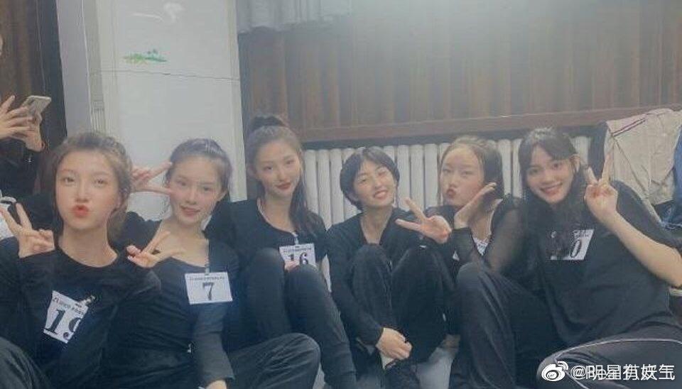 张子枫与北电大学同学新合照!是元气满满的妹妹了,短发好可爱!!