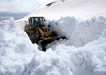 土耳其湖上道路积雪深达10米