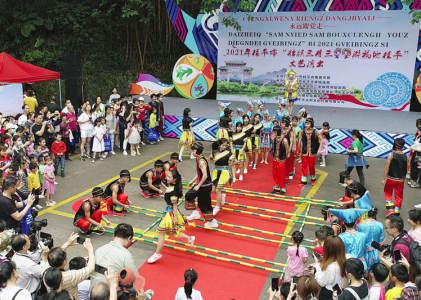 广西桂平:同跳竹竿舞 欢庆三月三