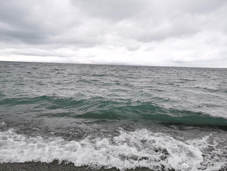 2020年9月18日,赛里木湖又又又下雪了,山脉美成一副水墨画