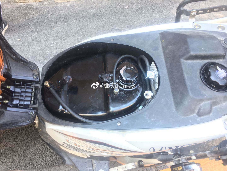 针对踏板摩托油箱小的问题,有车主在坐桶里加副油箱和三通开关