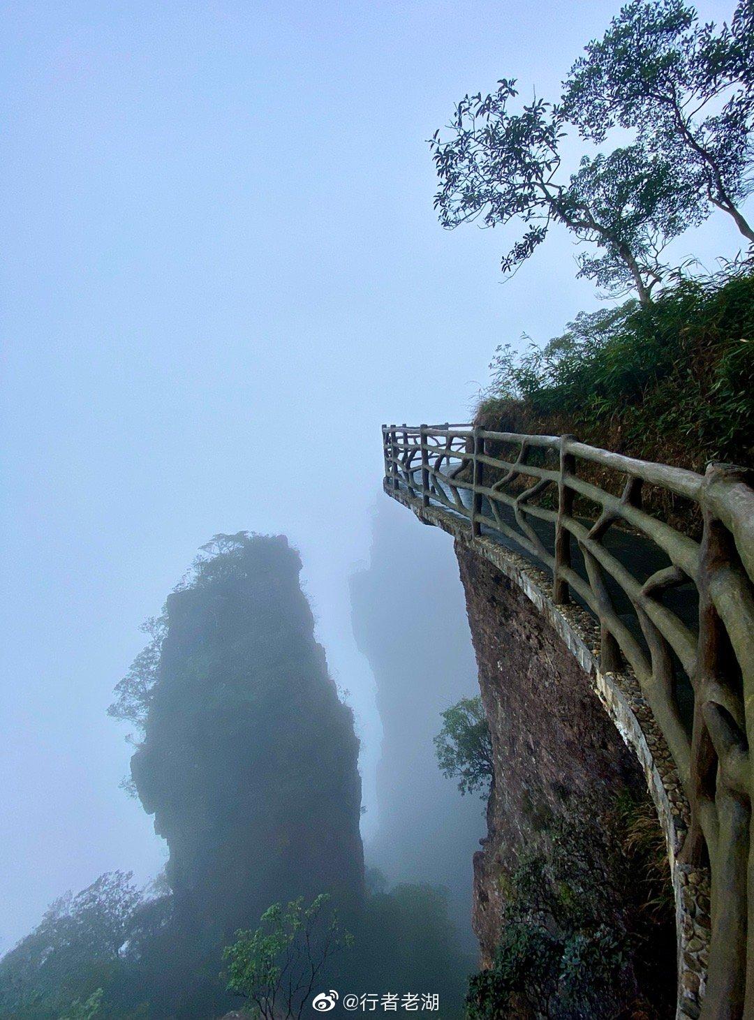 广西大瑶山麓的北帝山,山峰多姿,上山时蒙蒙细雨,云雾缭绕