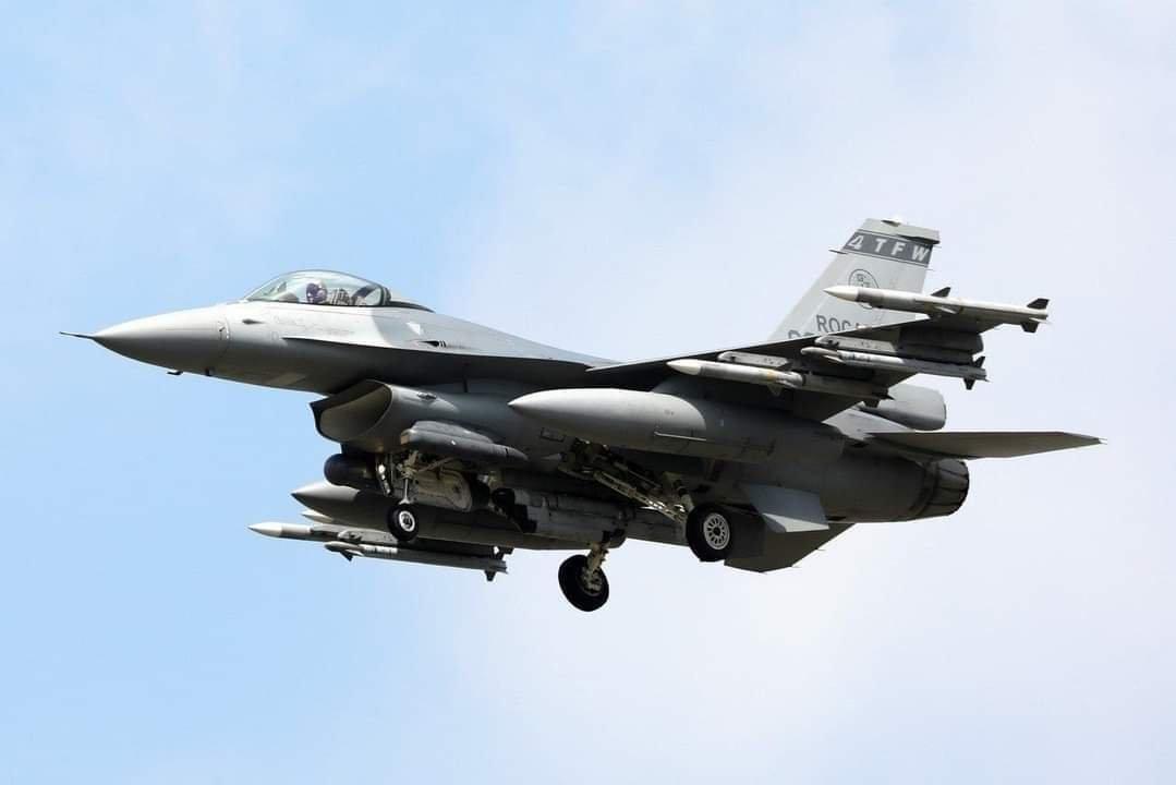 台军F-16战斗机满挂出动,还带了美制ALE-50拖曳诱饵