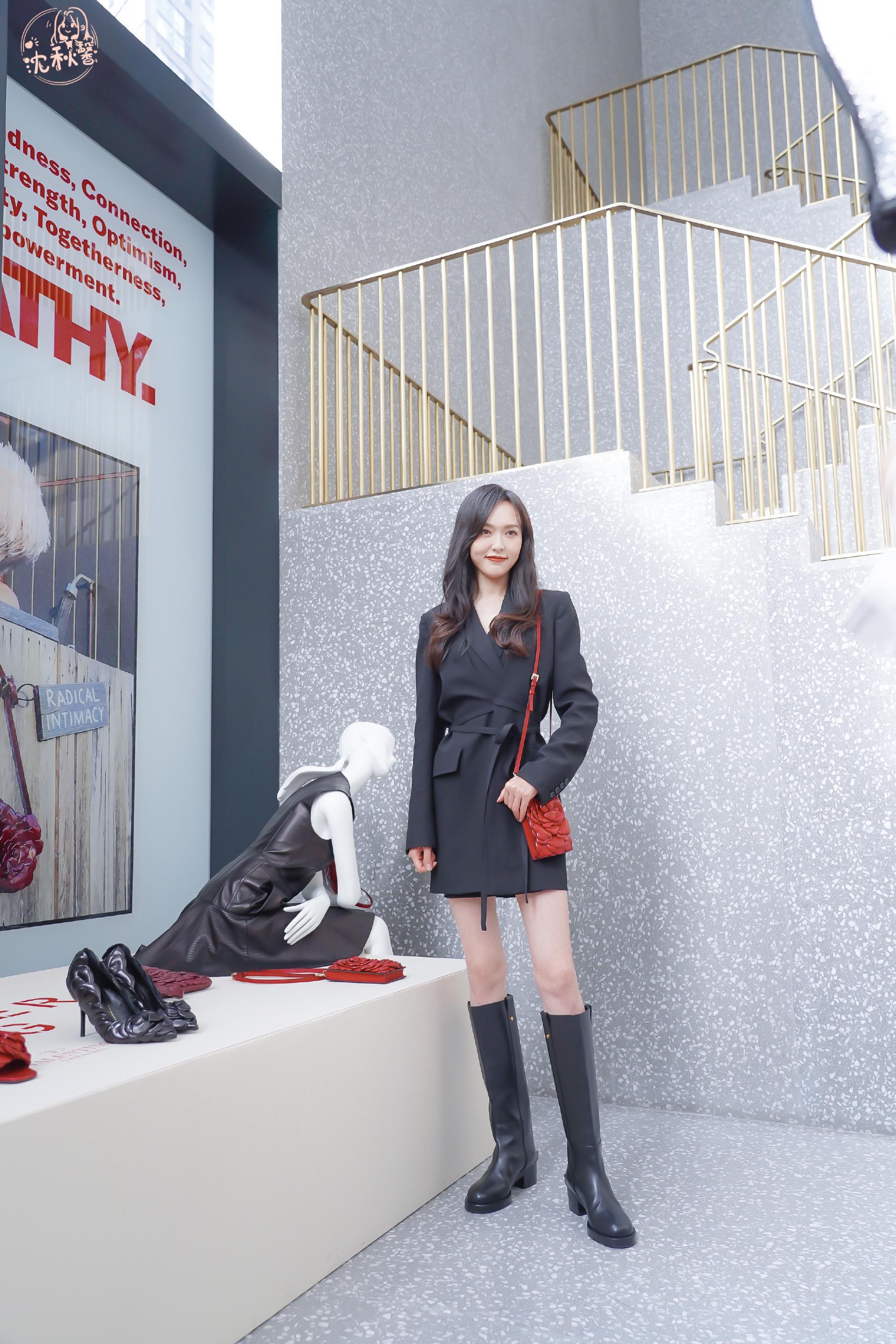 唐嫣一组品牌造型分享,黑色西服裙上身搭配高筒靴,展示修长大腿